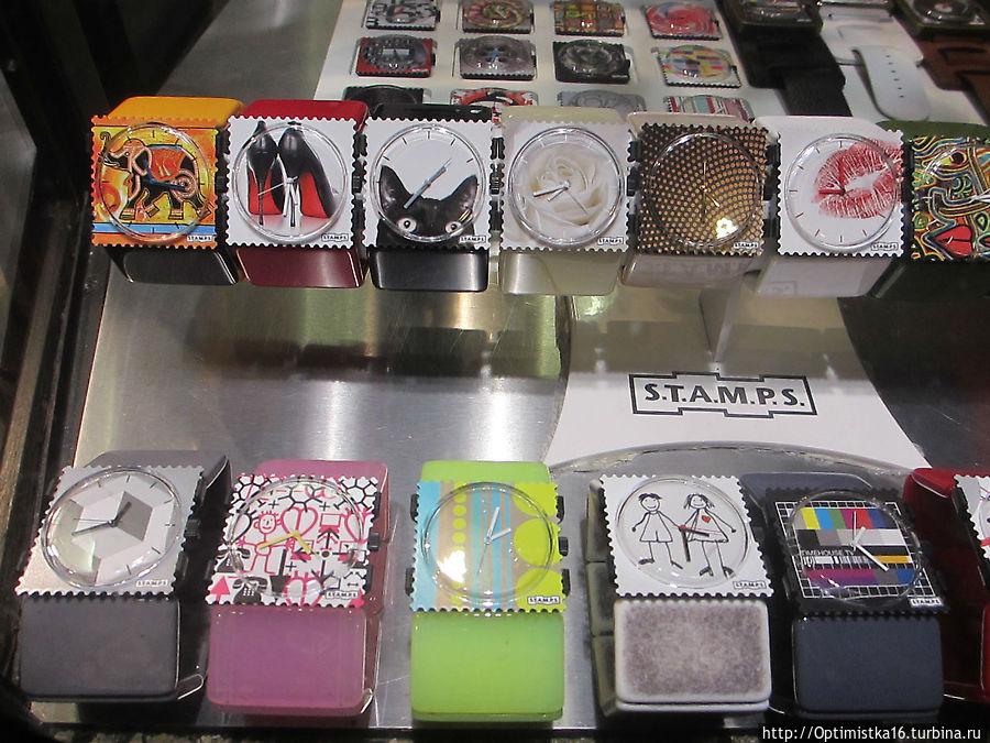 Витрина сувенирного магазина. Эти часы делают в Чехии