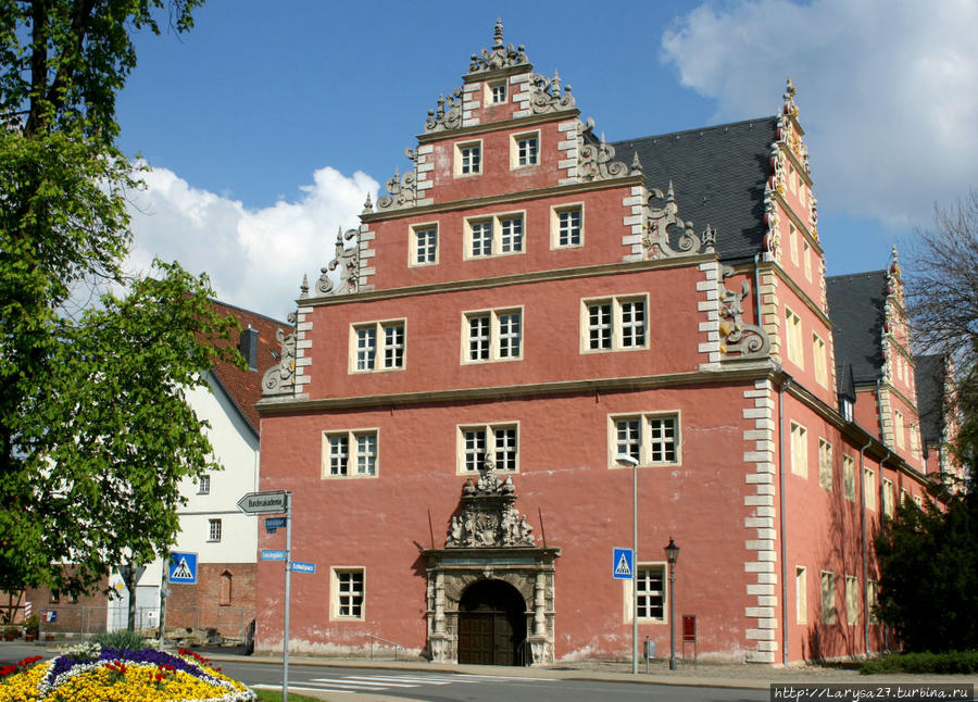 Библиотека герцога Августа — цойгхаус. Здесь находятся: фонд современной литературы, каталоги, читальный зал