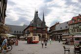 Рыночная площадь и ратуша, фонтан, готический дом.