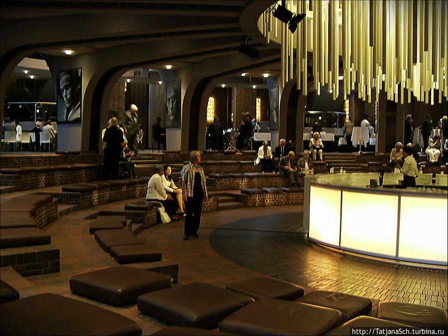 Тонхалле – Зал звуков – концертный зал Дюссельдорфа,  по воскресеньям здесь можно послушать бесплатно джаз!