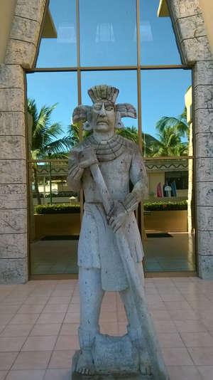 Одна из множества статуй