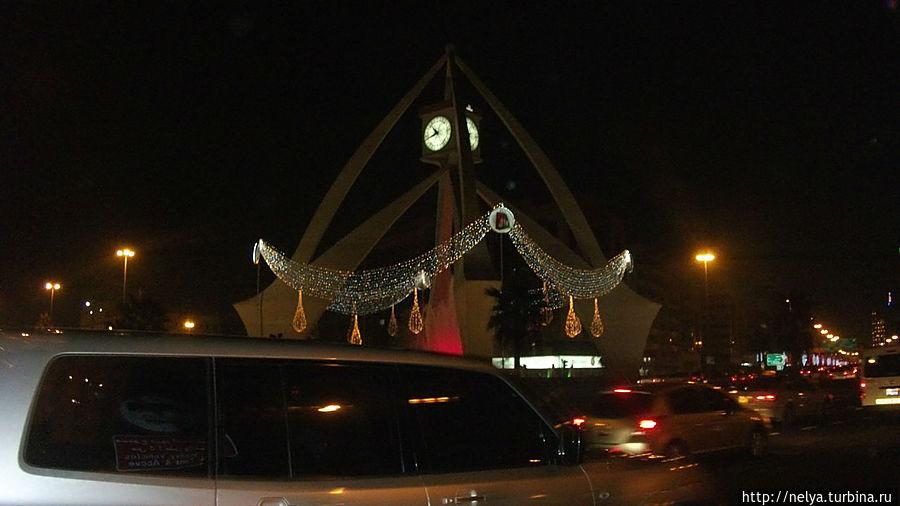 Скульптура с часами — подарок английской королевы, нулевой отсчёт в Дубае. 5 минут от отеля