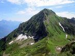 Высшая точка путешествия — пик Черная пирамида (2375 м) хребта Аибга. Ну и не такая уж она черная, там и зелени хватает.