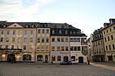 Неподалеку от ратуши стоит позорный столб 1754 года и здание городской аптеки 1606 года.