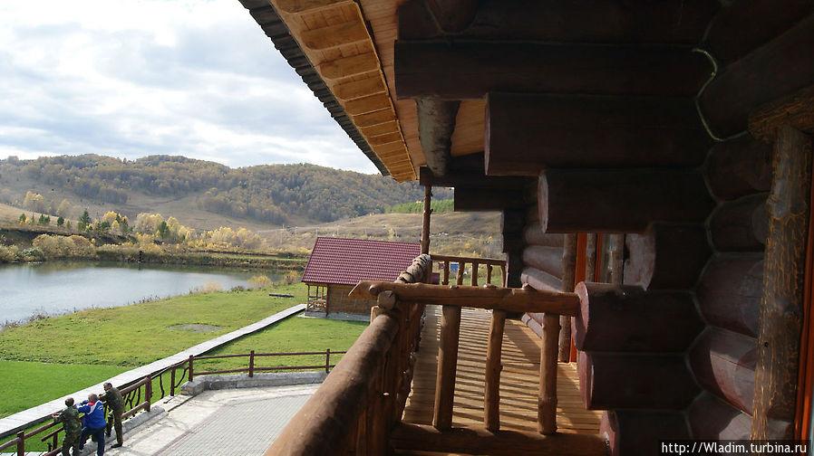 Вид на озеро с балкона гостевых комнат