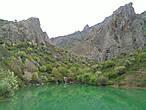 Прямо над озером возвышается красивая гора Муэдзин-Кая, а с востока нависают остроконечные пики горы Чок-Сары-Кая.