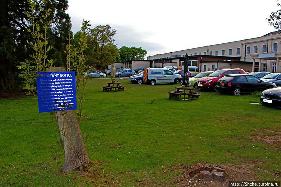 большая лужайка перед отелем, много посетителей с авто, даже не хватило мест на стоянке