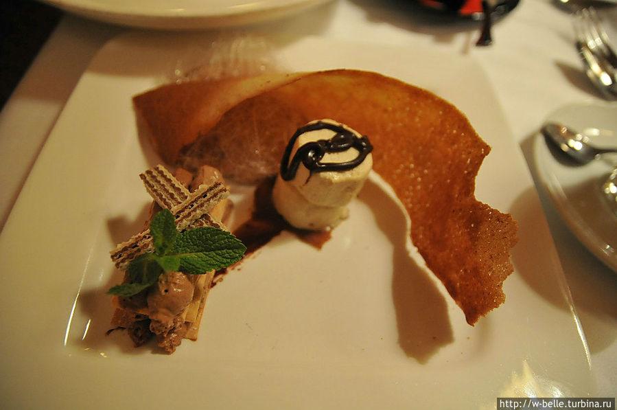 Десерт: в центре — суфле сумасшедше вкусное, а за ним — печенюшка, а за ней — карамельная дымка...