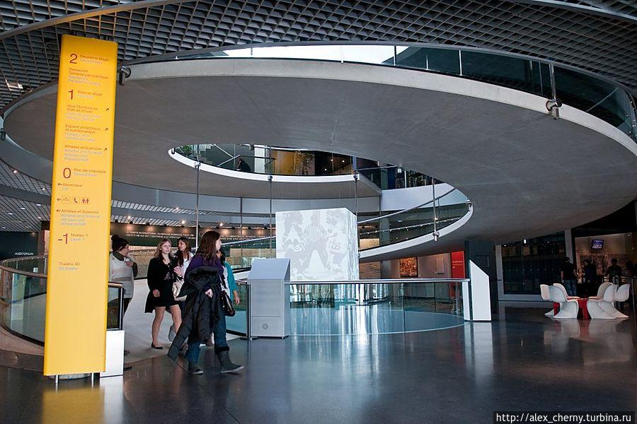 Главный вестибюль, въезд на 2 этаж по пандусу  возможен даже для инвалидов