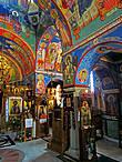 внутри старинного монастыря очень яркая современная роспись — не удивительно, учитывая его историю