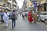 В Мумбае — 17 млн. жителей — это люди разных национальностей и вероисповеданий. Причем мужчин больше, чем женщин (как ни странно). Одно из объяснений — мужчины приезжают в город в большом количестве в поисках работы... *