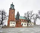 Памятник Болеславу Храброму перед рхикафедральным собором Успения Девы Марии