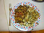 Начнем с классики. Грибное рагу с помидорами и печеный картофель с травами.