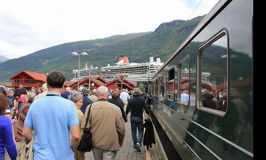 Очередная волна круизеров с Queen Mary 2 возвращается на корабль