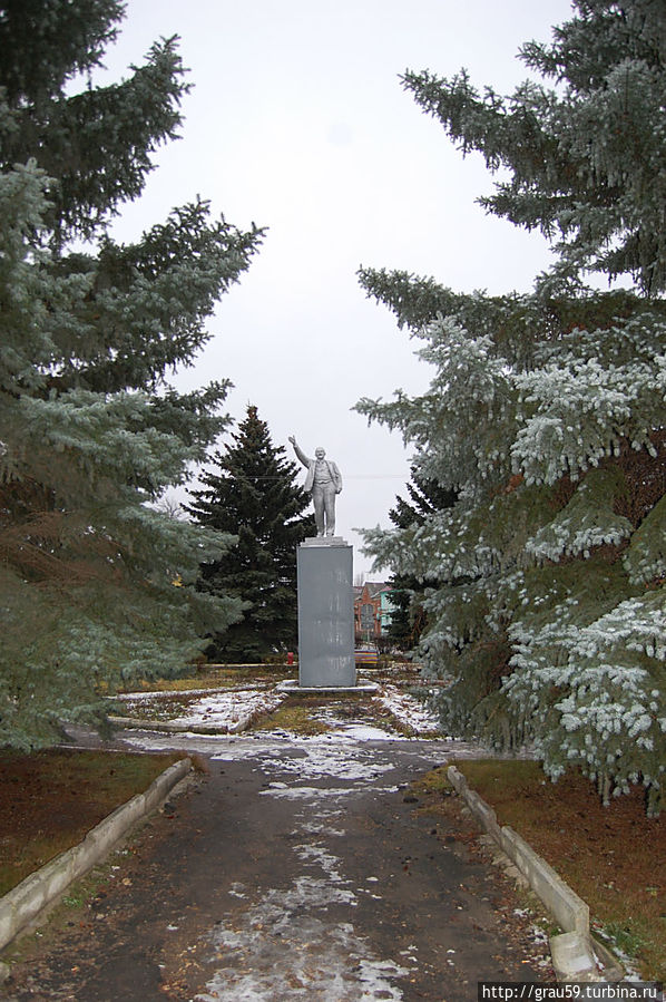 Памятник В.И.Ленину на привокзальной площади