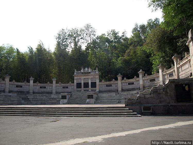Монумент павшим орлам, ле