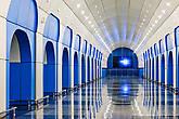 В торце центрального зала установлено 16 дисплеев, на которых крутятся ролики различных запусков с космодрома.