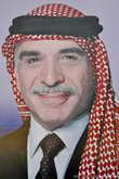Перед входом в комплекс древнего города Петра висят портреты королей Иордании: портрет ныне покойного короля Иордании Хусейна ибн Талала, правившего королевством 47 лет.
