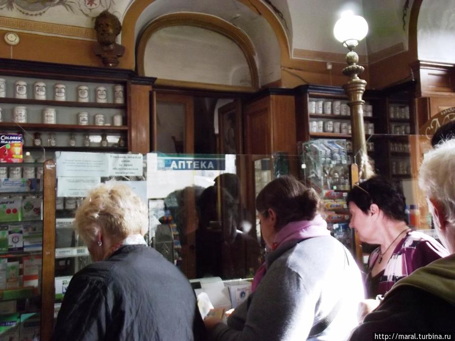 Несмотря на музейный статус, своего главного предназначения аптека не утратила