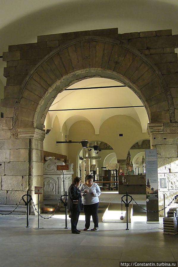 В замке находится группа музеев (древнего Египта, доисторический, музыкальных инструментов, посуды и ряд других). Но смотреть их как-то не захотелось.