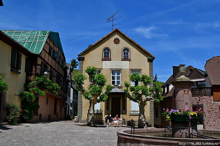 Традиционный фонтан. Рикевир, Франция