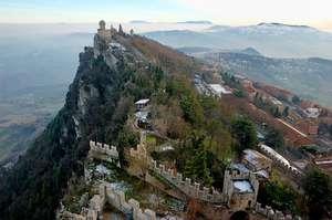 Замок Сан-Марино: вид с башни Гуаита на башню Честа