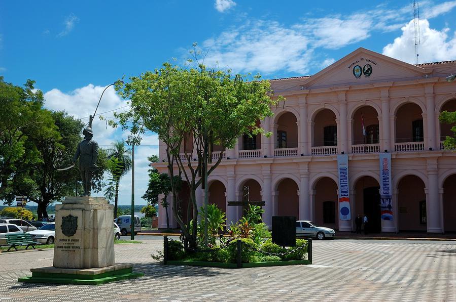 Эль Кабильдо и памятник основателю Асунсьона Хуану де Салазару