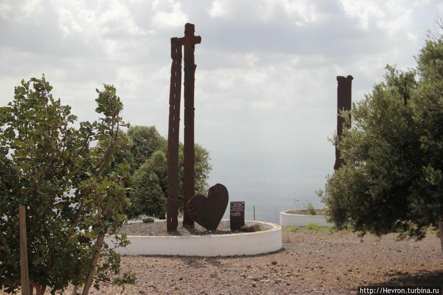 Этот памятник посвящен Ханниа Ифрах. Руководителю Национального парка Кохав а-Ярден с 1987 по 2003 гг.