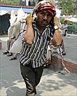 Если одни отдыхали, то другие, как и положено непальцу, несли всякую поклажу на спине, удерживая её буквально при помощи своей головы