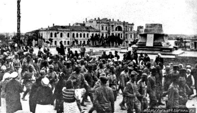 1944 год. Остался только пьедестал (фото из Интернета)