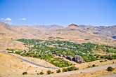 Иногда в низине песчаных гор, возникал зеленый оазис небольшого поселения.