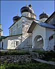Самый главный и самый древний храм монастыря — Собор Троицы Живоначальной. Его начали строить в 1589 году и закончили через 17 лет