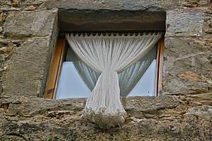 тюль который вывешен наружу окна, как-то непривычно...