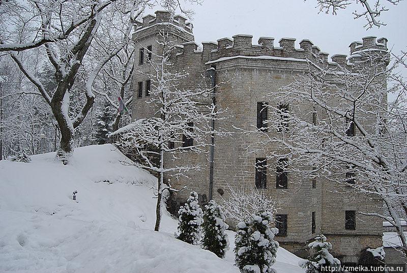 Рядом с замком снимали эпизоды с Баскервиль-холлом нашего советского Шерлока Холмса.