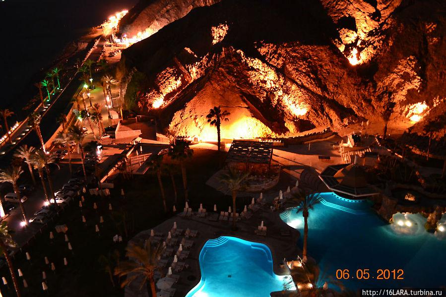 Вид на бассейн с вечерней подстветкой
