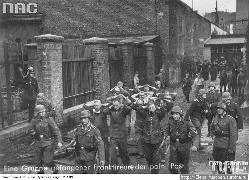 Колонна захваченных защитников польской почты под конвоем немецких солдат.