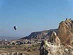 Можно совершить экскурсию над долиной на воздушном шаре. Говорят, что вид изумительный. Полет в течении одного часа стоит порядка 200 долларов. Не всякому автостопщику такое по карману.
