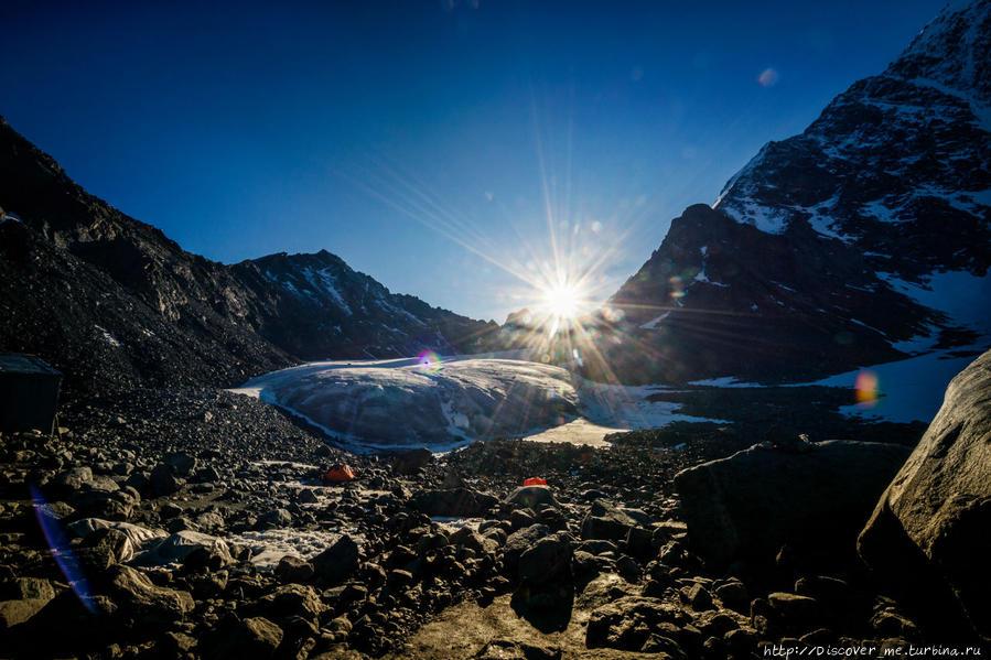 Идеальное утро, чтобы начать восхождение. ледник Арбуз. Белуха гора (4509м) Природный Парк, Россия