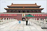 Трибуны, с которых видна самая большая площадь мира. Конечно же — портрет Кормчего — великого Мао... *