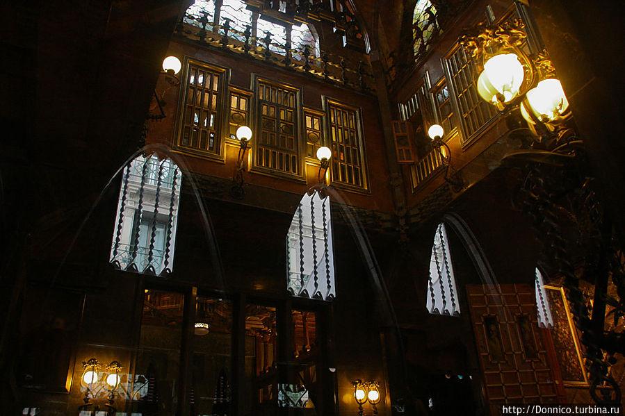 создается впечатление нахождения то ли в храме, то ли в королевском дворце, то ли в пещере наполненной сталагмитами