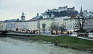 Старый город расположен на левом берегу Зальцаха на узкой полосе между рекой и скалистыми горами Мёнхсберг (горы монахов) и Фестунгберг (горы крепости), на которой находится крепость Хоэнзальцбург.