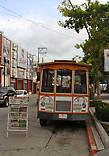 Туристический трамвай рядом со сквером Маримба