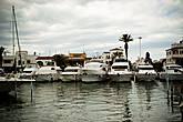 Главное отличие Эмпориа Бравы от многочисленных курортных городишек средиземноморья, это огромное число искусственных каналов. Город весь испещрен каналами и гаванями, на которых пришвартовано огромное количество всевозможных плавательных средств.