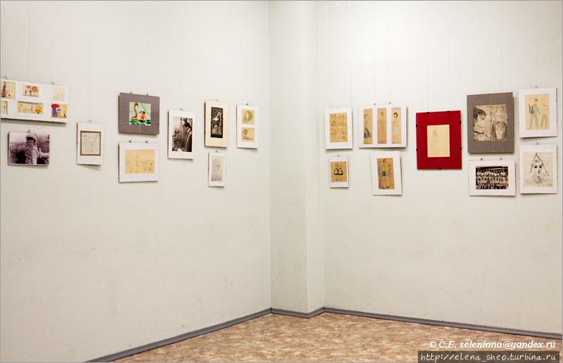3. Слева фотография маленькой Нади, над фотографией её детские рисунки. Рассматривая по порядку все рисунки на стенах слева направо, доходим до самых последних. Рассмотрим их поближе.