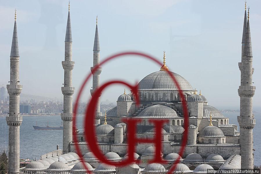 Вид на Голубую мечеть через стекло террасы отеля Golden Horn, Sultanahmet.