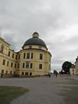 А это дворцовая церковь. На самом деле она стоит вполне себе прямо:) И сейчас здесь периодически проходят службы. Примечательна тем, что в ней находится старинный орган и собственноручно сотканный королём Густавом V гобелен.