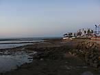 солнце ушло за горизонт. Пляж опустел