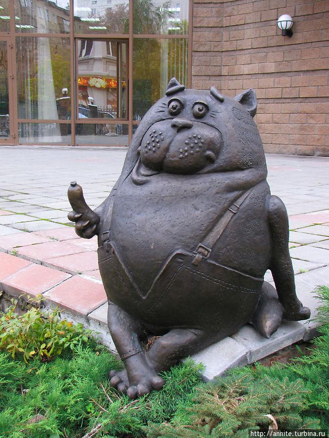 Кот Василий с сарделькой