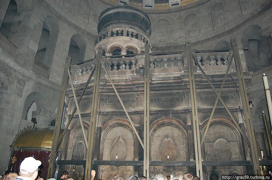 Часовня Гроба Господня. Видны  скрепляющие часовню стяжки. Они были сделаны после землетрясения 1927 года.