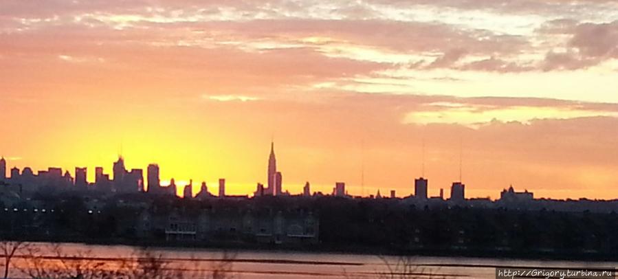 Манхеттен на рассвете из-за речки. Снято из машины на ходу — не обессудьте)